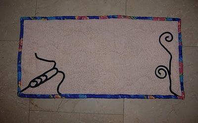 Alfombra de baño reutilizando una toalla