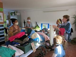 Mujeres haciendo trueque de ropa en GFS Benarrabá